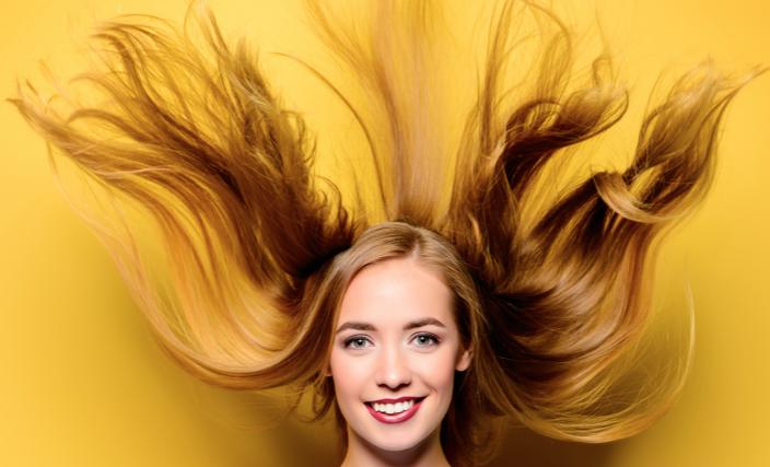 髪の舞う女性