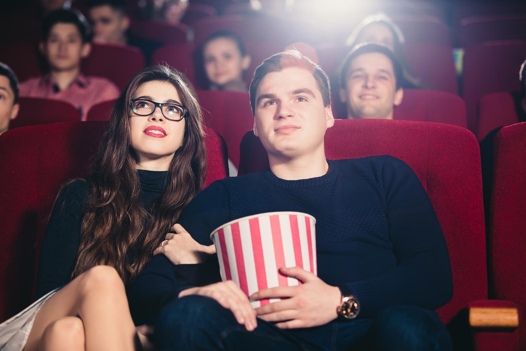 映画を見るカップルのイメージ