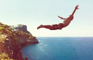 Mann springt von Klippe ins Meer