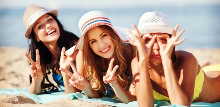 砂浜に寝そべる女性3人