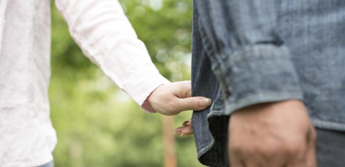 男ウケする仕草「歩いている時に袖や裾を引っ張る」イメージ